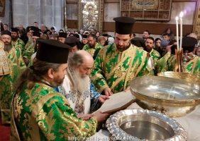 Prea Fericirea Sa oferă daruri elevilor Școlii Sf. Dimitrie
