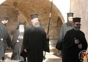 Preafericirea Sa și soborul în drum spre Biserica Mănăstirii Sfinții Împărați Constantin și Elena