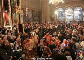 Preafericirea Sa ieșind din Catolicon și dând binecuvântarea pentru slujba de Paște