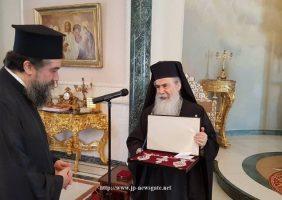 ÎPS Mitropolit de Serres oferind Preafericirii Sale un set de engolpioane