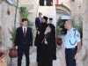 PF Patriarh, consulul grec, însoțitorii lor și polițiști israelieni făcând investigații