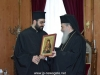 Prea Fericitul Patriarh îi oferă Părintelui Nectarie o icoană a Maicii Domnului