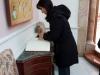 Doamna Kountoura semnând Cartea de vizitatori ai Patriarhiei