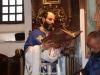 Părintele Simeon citind Sfânta Evanghelie în arabă