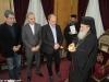 Domnul Karagiannidis îi oferă Prea Fericirii Sale medalia Muzeului Benaki