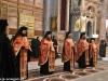 Preoți în veșminte liturgice în timpul Vecerniei