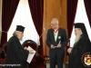 Preafericirea Sa oferindu-i domnului Mihalyi o copie a crucii lui Komneos