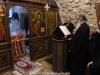 Arhimandritul Aristovoulos cântând în timpul Sfintei Liturghii