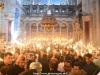 Sfânta Lumină se transmite din mână în mână printre credincioșii din Biserică