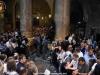 Mulțimea credincioșilor așteptând în interiorul Bisericii