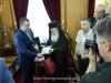 Preafericirea Sa oferă Ministrului Adjunct o icoană a Maicii Domnului