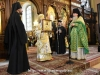 Arhimandritul Alexandru oferă Preafericirii Sale o icoană a lui Hristos